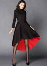 Черное трикотажное платье с красным