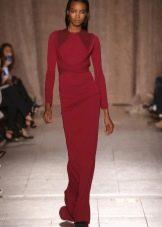 Красное трикотажное закрытое платье