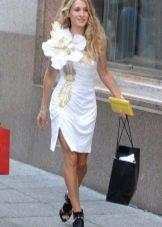 Белое платье с цветком из ткани