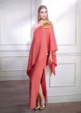 Красное платье с цветком из ткани
