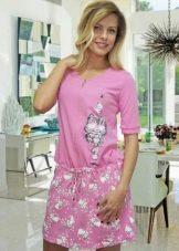 Розовое трикотажное домашнее платье с заниженной талией