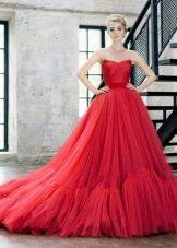 Красное пышное летнее платье
