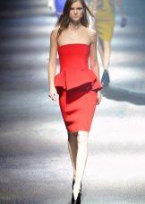 Летнее платье с баской красное