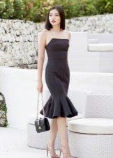 Платье без бретелей с воланами на юбке