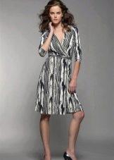 Платье-халат с запахом в черно-белом цвете с вертикальным рисунком