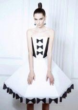Платье из бумаги черно-белое