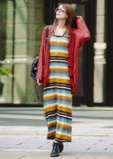 Длинное цветное полосатое платье-майка