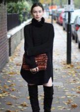 Сумка и длинные сапоги к платью-мешок