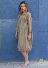 Платье-мешок простого кроя для полных