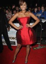 Красное платье с юбкой колокол в сочетание с туфлями лодочками