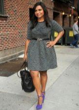 Серое платье с юбкой колокол для полных с сиреневыми замшевыми туфлями на каблуке