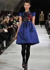 Короткое синее платье с юбкой колокол с завышенной талией