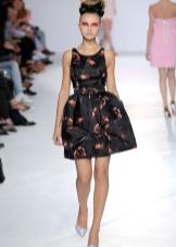Короткое черное платье с принтом с юбкой колокол