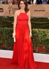 Длинное красное платье на бретелях и с юбкой солнце