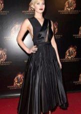 Черное средней длины платье с юбкой солнце