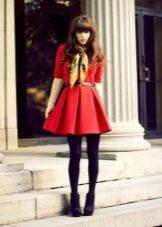 Красное короткое платье с юбкой солнце