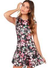 Короткое с цветочным принтом платье с заниженной талией