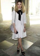 Белое платье с заниженной талией пышной юбкой