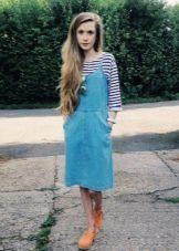 Джинсовое миди платье-сарафан