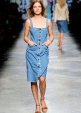Джинсовое платье-сарафан средней длины на пуговицах