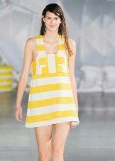 Полосатое желто-белое платье-сарафан