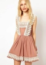 Бежевое платье-сарафан отделанное кружевом