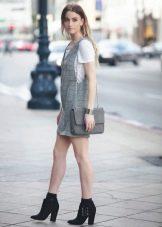 Короткое платье-сарафан с футболкой