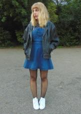 Кеды к джинсовому платью-сарафан