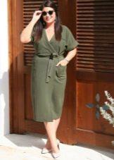 Платье с запахом в стиле милитари для полных женщин с фигурой типа Яблоко