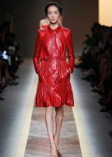 Платье-рубашка из экокожи красное