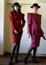 Платье  в стиле 80-х с широкими плечами деловое
