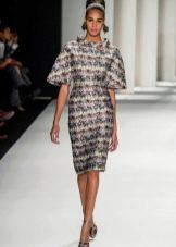 Приталенное платье с пышным коротким рукавом