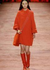 Зимнее платье-свитер оранжевое
