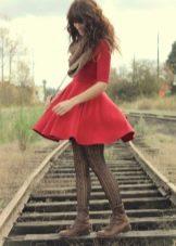Коричневые колготки под красное платье