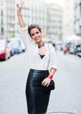 С чем носить черную кожаную юбку карандаш