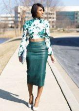 С чем носить зеленую кожаную юбку карандаш
