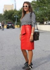 Красная кожаная юбка карандаш