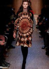 Модное платье сезона осень-зима 2016 года с этническим рисунком