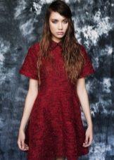 платье из темно-красного твида