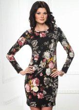 черное сатиновое платье с цветочным принтом
