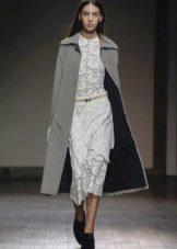 Пальто к белому кружевному платью