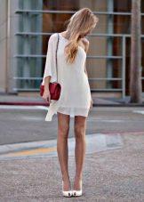 Красная сумка к белому платью