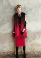 Меховый жилет к красному платью-футляру