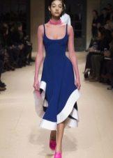 Розовая обувь к синему платью-футляру