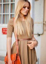 оранжевая сумка к бежевому платью-футляру