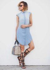 летние аксессуары к джинсовому платью-рубашке