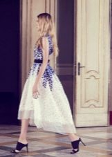 Бело-синее платье с синей обувью