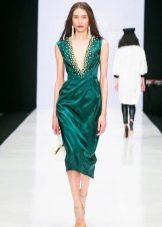 Зеленое платье со светлыми туфлями