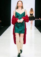 Зеленое платье с красным кардиганом