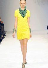Зеленые украшения к желтому платью